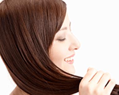 髪を触っている女性のイメージ